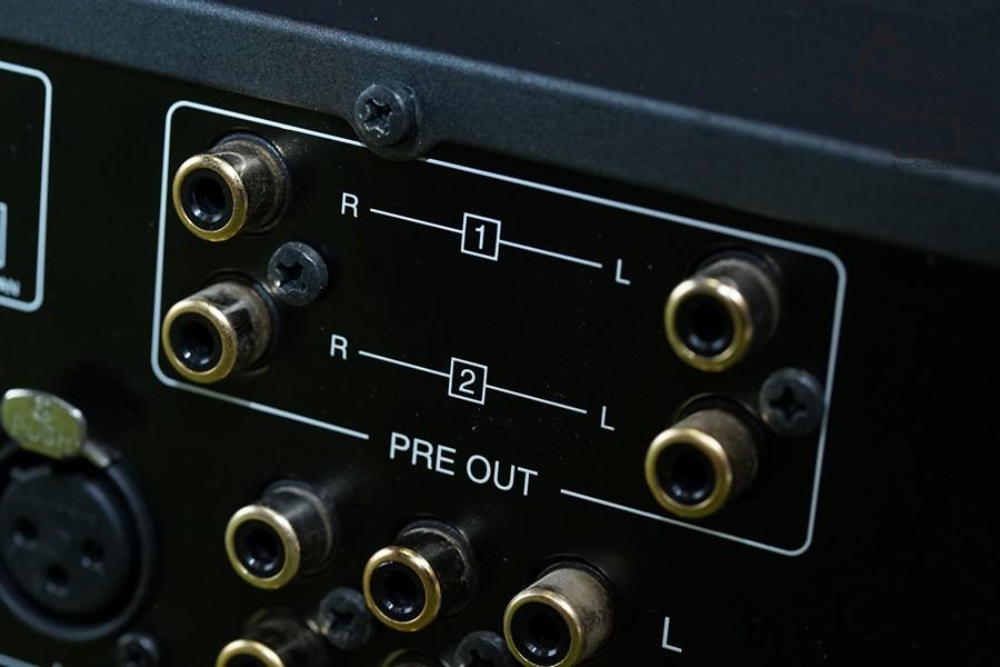 合併amp竟設有兩組前置輸出,擺明預你玩Bi-Amp甚至Tri-Amp,710的10瓦留來推高音,剛剛夠又不會粗聲