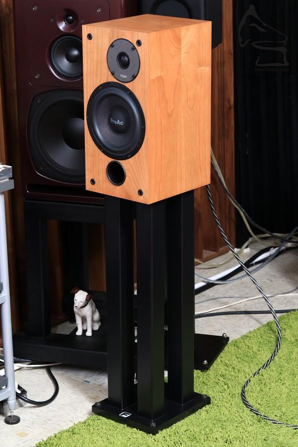 SM100 雖然是書架,但由於要應付夠大音壓,所以箱體也不算細,高度為16吋