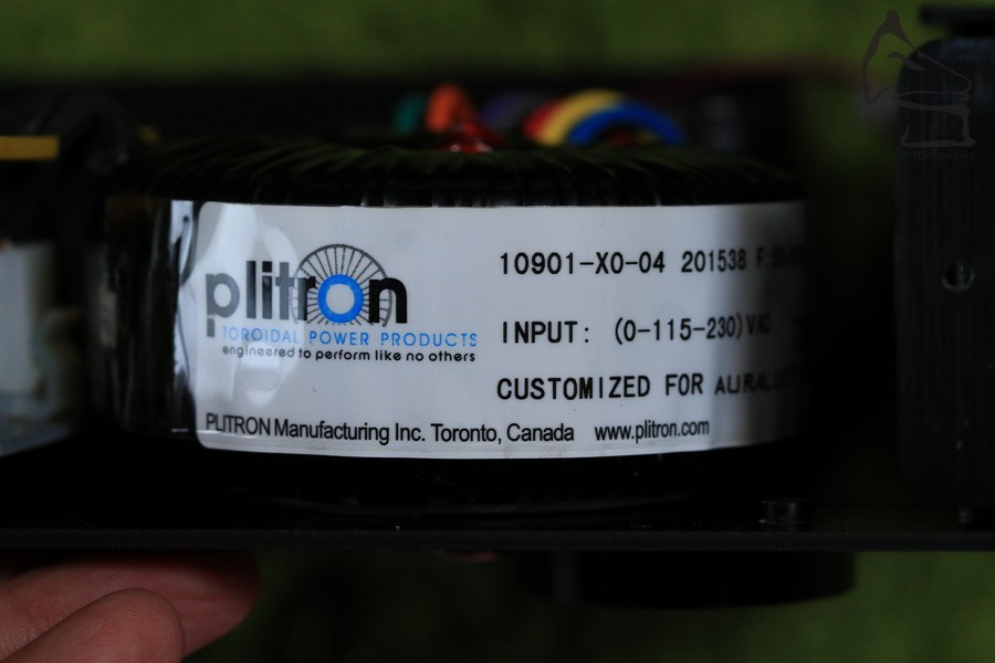 電源使用自家開發的Purer-Power技術,電源先經過濾、然後使用訂購自Plitron的環型變壓器。