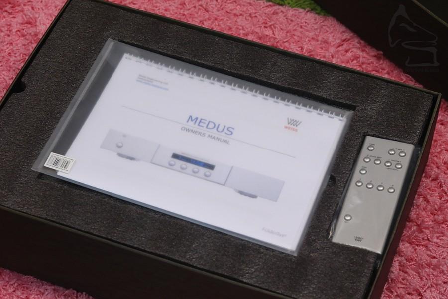 開盒,只見到FOLDER保用及遙控器