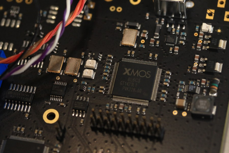 USB輸入為XMOS芯片,也是經過改動,芯片供電不經USB接線,10MHz主時鐘也是用上較高質素的產品