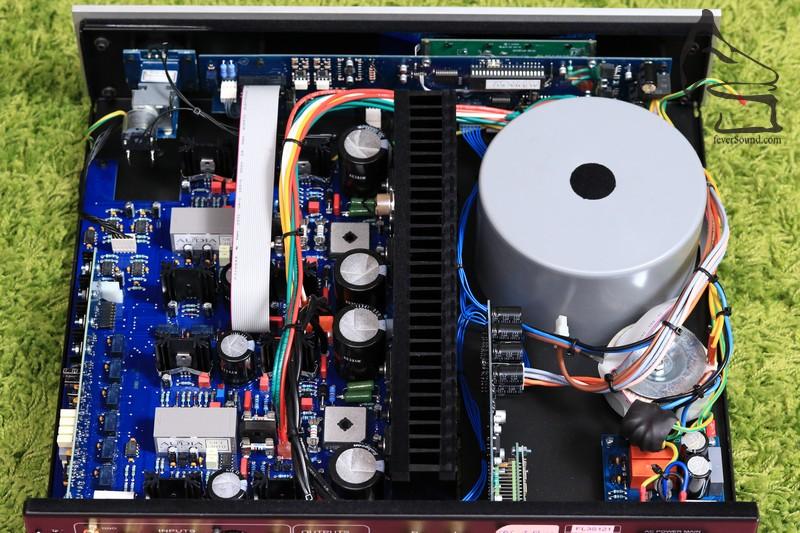 機內圖,以金屬散熱器作供電部份及線路放大部份的屏蔽