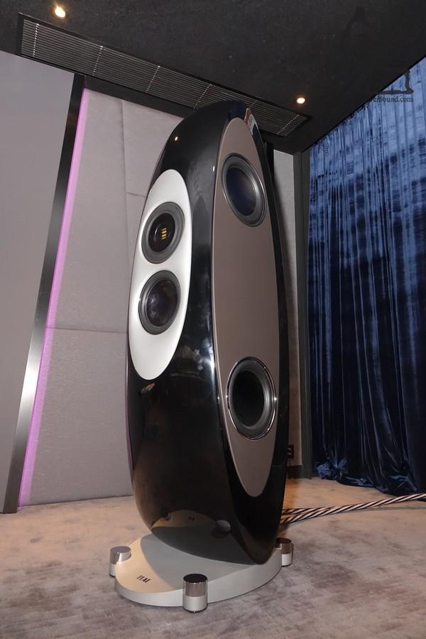 CONCENTRO 身高 170cm,重量達 140kg,單是重鋁合金CNC底座已經重 25kg