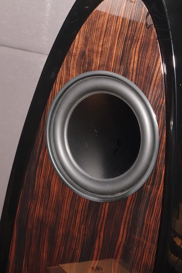 側板可供訂製,包括碳纖、木紋或真皮等