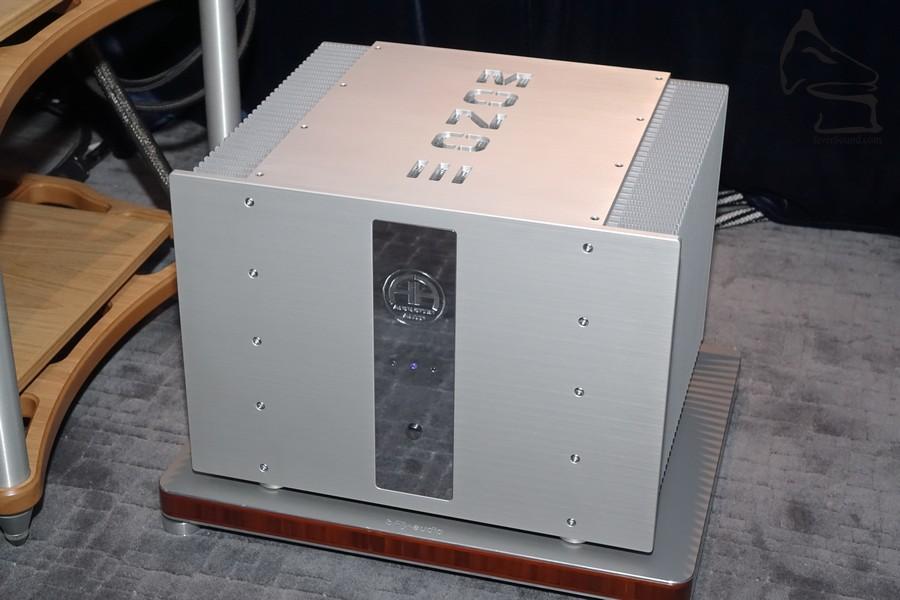 功率高達 1,100 W (4 Ω) Class A/AB 設計,可調 Damping Factor,重 60kg