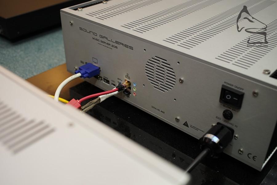 機背的接線,包括IEC電源插,內裡有Choke Power Supply