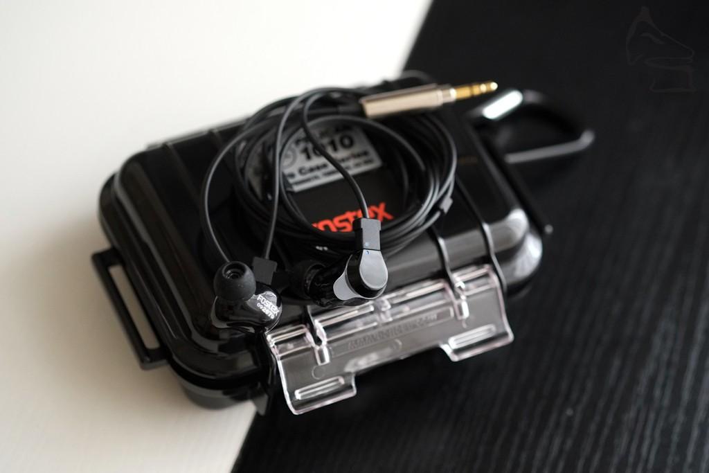 代理還借了TE100高階入耳式耳機,它是與FitEar聯乘之作,這款混合式耳機有著FitEar的Air Control技術,封閉式外殼都可發揮出動圈單元的勁度,又可保持高隔音度