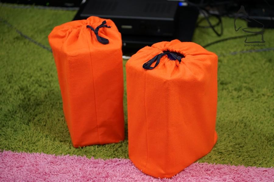 鮮橙色的絨布,內裡是好東西