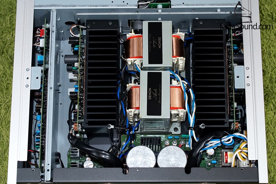 PMA-2500NE機內圖,全對稱設計,前級及唱頭放大設在側邊,有獨立金屬屏蔽