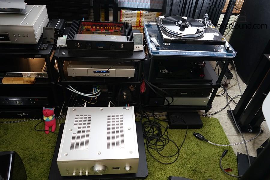 內置MC/MM放大,可直駁黑膠唱盤,比唱盤內置唱放靚太多了,甚至拍住參考用的德國ASR Mini Basis唱放