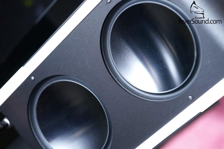 每隻揚聲器上擁有4個6.5吋低音單元,經精密DSP運算下,合作重造出無相位失真兼極線低的低頻響應