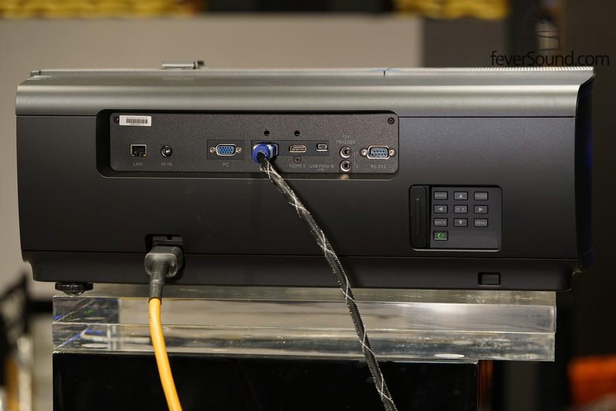接駁線材的位置主要集中在投影機的一則