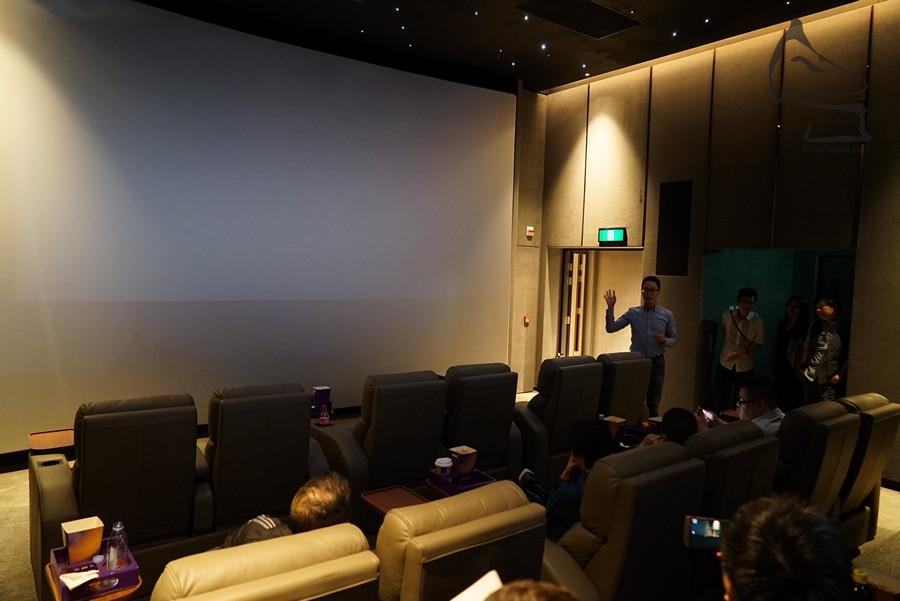 屏幕為透聲幕,在這距離看電影,雖畫面不是會填滿整個屏幕,但仍感覺震撼