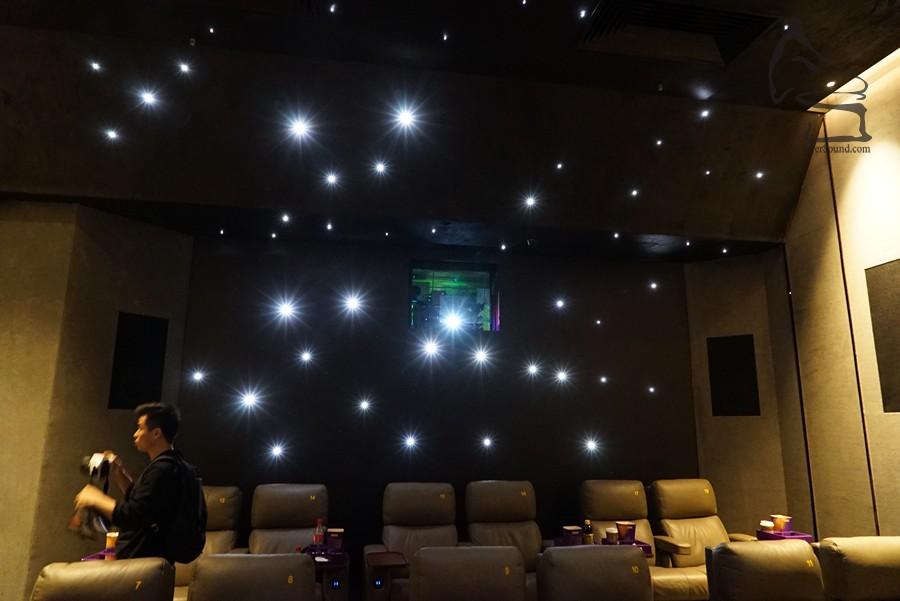 影院為「無機房」設計,擺放 Barco 投影機位置為獨立空間,減少有可能出現的噪音問題,亦令人感覺私隱度較高 (感覺而已,戲院有閉路電視監控的)