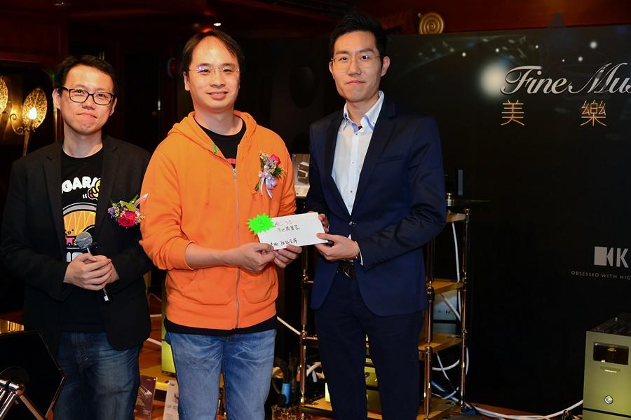 雅詠音響大鳥兄 (中) 頒發三獎MC S3座地揚聲器一對