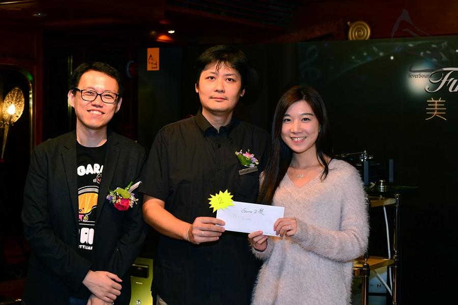 二獎Duevel Planet 揚聲器得主是位美女呢!由Guru Acoustics 的 Sunny (中) 頒獎