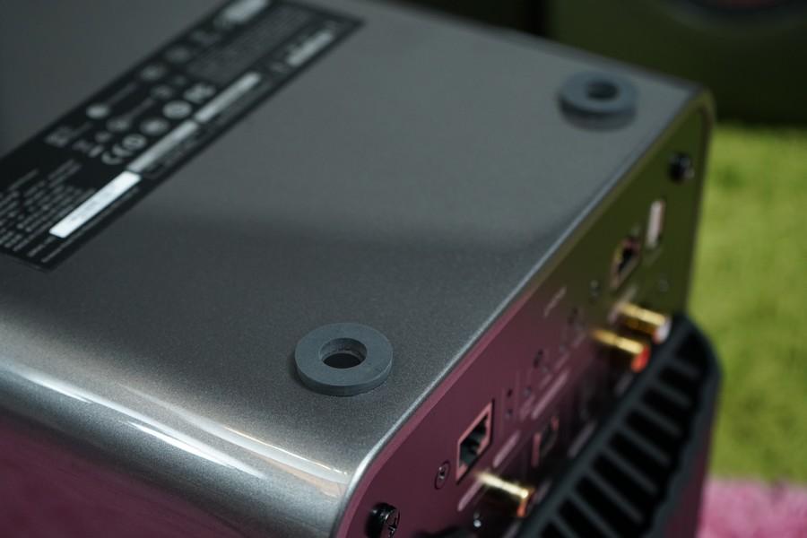 箱底的軟膠機腳,如果可以不要使用,用回blu-tap穩固安放在穩定平面上,低頻表現會更佳
