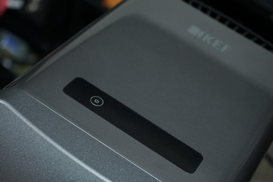 喇叭頂上有OLED背光全觸屏控制