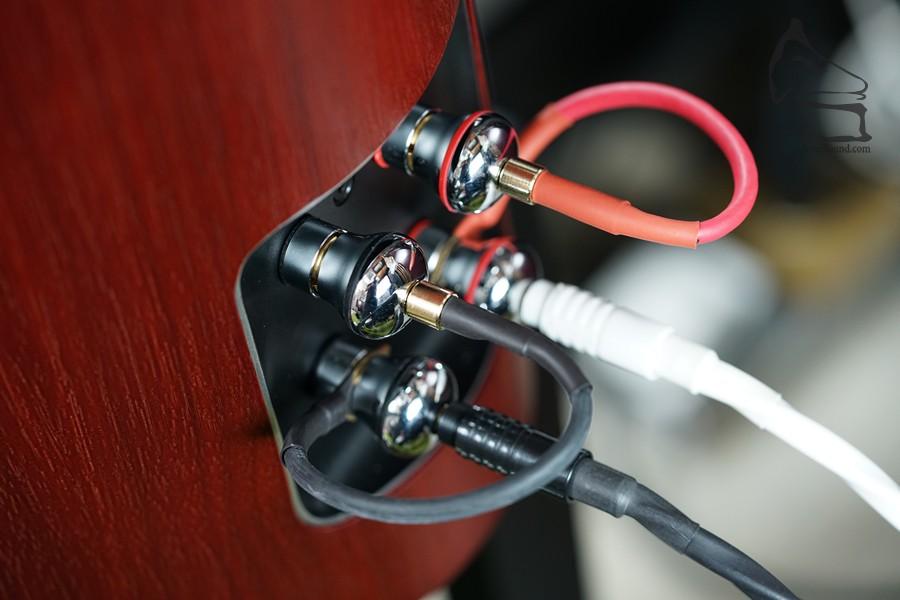 bi-wire設計,大型接線柱,巨型蕉叉都無任歡迎