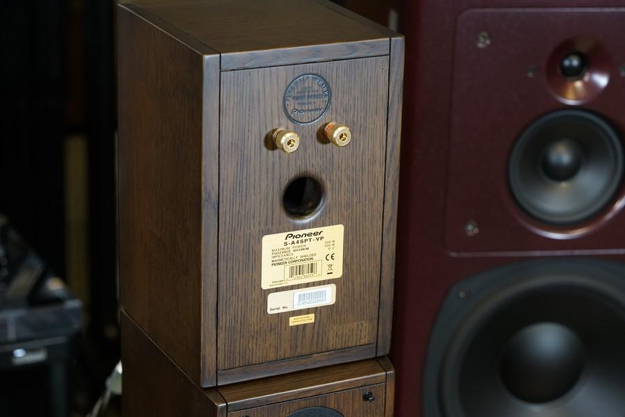 低音反射式設計,反射孔設在箱背