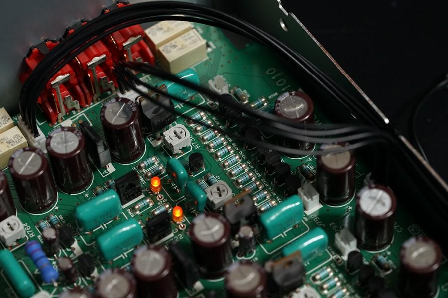 再插入RCA輸入旁的 JV06 中