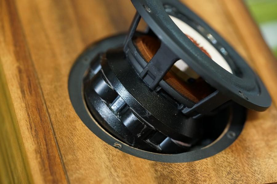 高磁力的釹鐵硼磁鐵陣列,對聲音的密度、細節與低頻的速度都有相當正面幫助。