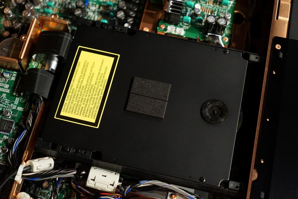 使用穩定性極高、運作寧靜的SACD/CD轉盤